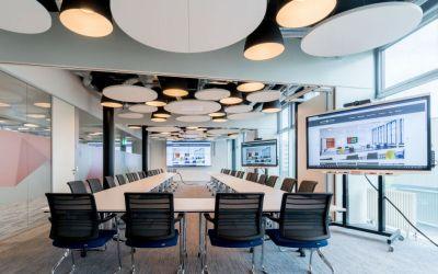 Konferenzraum mit audiovisueller Medientechnik